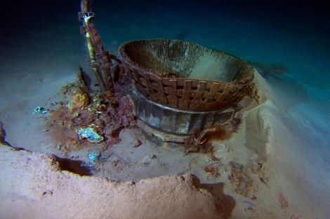 Imagen de uno de los motores del Apolo 11 semienterrado en el fondo del mar. | Afp
