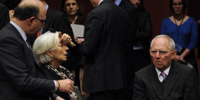Pierre Moscovici, Christine Lagarde y Wolfgang Shaeuble reunidos este domingo en Bruselas.   Afp