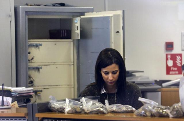 Una empleada de una sucursal del Laiki Bank en Nicosia. | Reuters