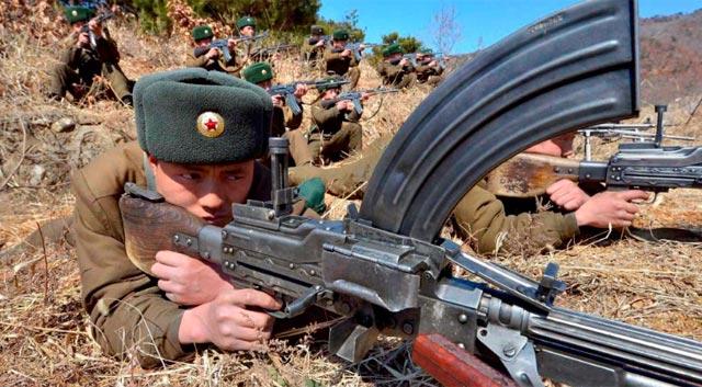 Soldados norcoreanos hacen pruebas de tiro. | Afp
