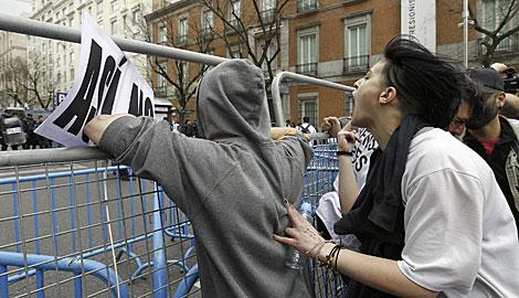 Gritos en la valle que separa la manifestanción de la Carrera de San Jerónimo.   K. Rodrigo / Efe