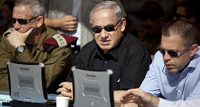 Benjamin Netanyahu, entre los jefes de las Fuerzas Armadas israelíes Gantz y Erdan.   Reuters