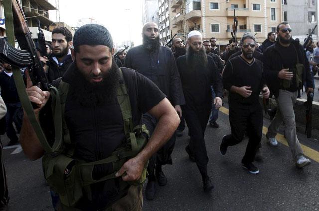 Ahmad al Assir, escoltado durante el funeral de unos seguidores . | REUTERS
