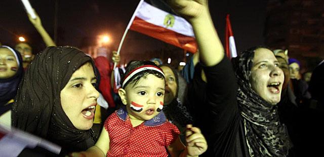 Egipcios celebran la caída de Mursi y la llegada de Mansur, en El Cairo. | Efe