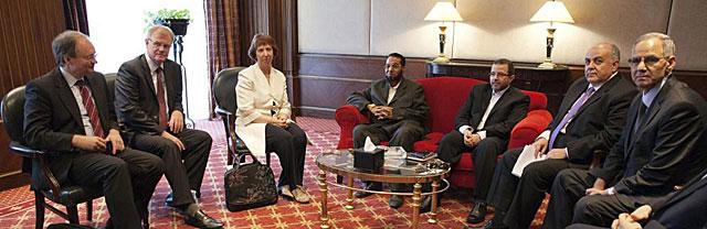 Catherine Ashton, junto a representantes de los Hermanos Musulmanes en El Cairo. | Efe
