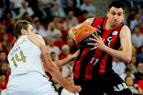 Velickovic intenta frenar a Bjelica durante el encuentro. | Foto: Justy García