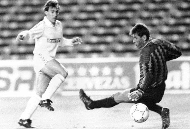 La banda izquierda era para Martín Vázquez, que se salió en la temporada 89/90. Marcó 14 goles y se convirtió en el segundo máximo goleador del equipo por detrás de Hugo Sánchez. Después, se marchó al Torino.