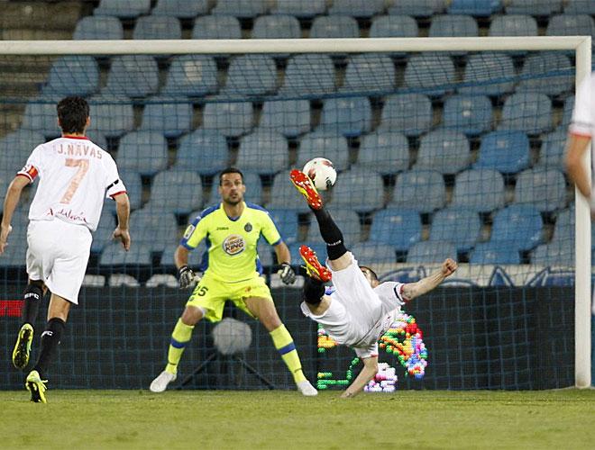 La noche terminó siendo negra para el Sevilla, a pesar de que todo empezó de cara para los de Míchel. Negredo marcó un golazo espectacular de chilena.