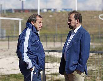 Ángel Torres charla con Víctor Muñoz durante un entrenamiento.