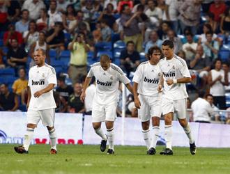 Raúl es felicitado por sus compañeros tras conseguir el gol
