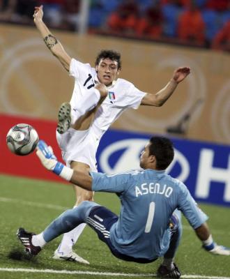 Asenjo no pudo con Montecchio que fue un puñal durante todo el partido