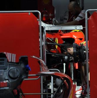 Detalles del Ferrari F10 en el box de Fernando Alonso en Bahréin.