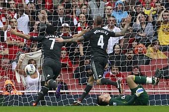 Suárez y Meireles celebrando un gol