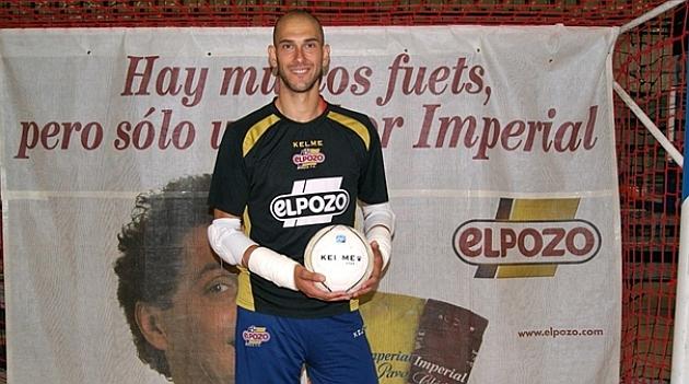 Rafa Fernández (34) posa en las instalaciones de su equipo. Foto: ElPozo Murcia