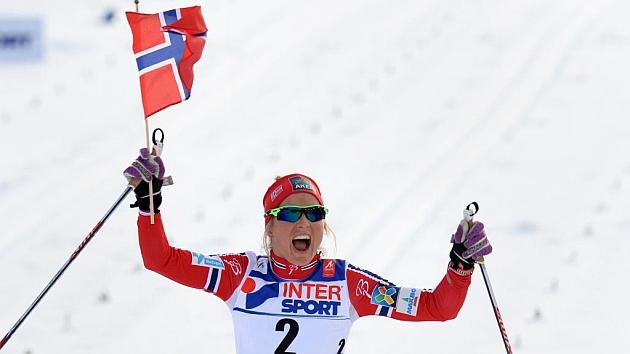 La noruega Therese Johaug celebrando su triunfo en los 30 km de salida en masa / AFP