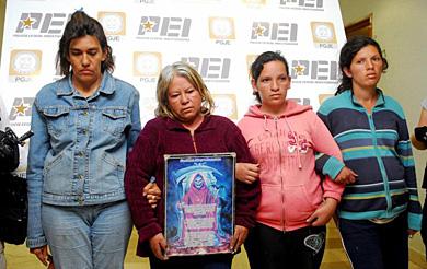 Cuatro de las detenidas posan con una imagen de la Santa Muerte. | Efe