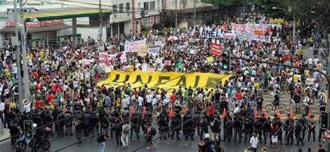 Los manifestantes sacan tarjeta amarilla a la FIFA.| Afp