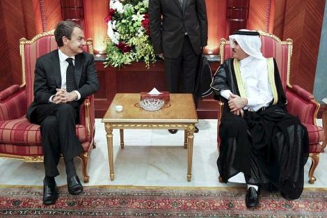 Zapatero, en Doha, con el embajador de Qatar en España, Nasser Al-Attiyah. | Efe