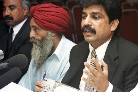 El ministro de Minorías, Shahbaz Bhatti, (dcha) durante un acto.| Reuters