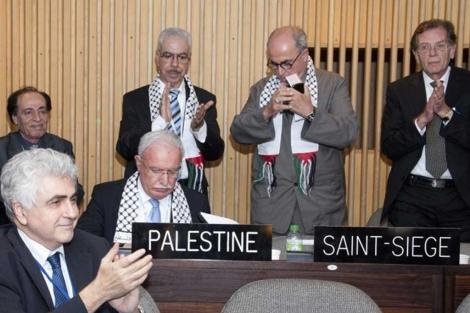 La delegación palestina tras su aceptación como miembro de pleno derecho de la Unesco. | Efe