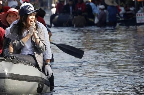 La primera ministra de Tailandia, Yingluck Shinawatra, visita un barrio de Bangkok.   Reuters