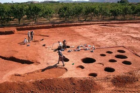 Trabajos de excavación de los silos neolíticos del yacimiento Costamar. | ELMUNDO.es