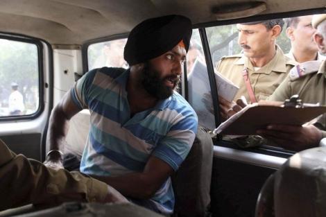 El indio Harvinder Singh tras ser detenido por la policía en Nueva Delhi. | Ap