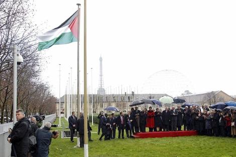 Acto solemne en el que se ha izado la bandera en la sede de la UNESCO. | Reuters