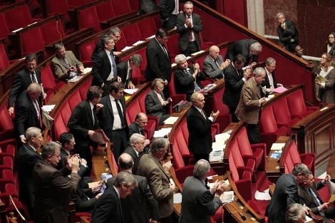Aplausos en la Asamblea Nacional tras la votación. | Afp