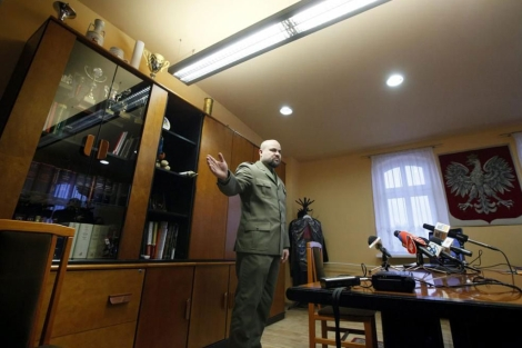 El fiscal militar Mikolaj Przybyl, durante la rueda de prensa. | Efe
