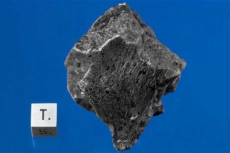 Uno de los fragmentos del meterorito que cayó en Marruecos. | AP