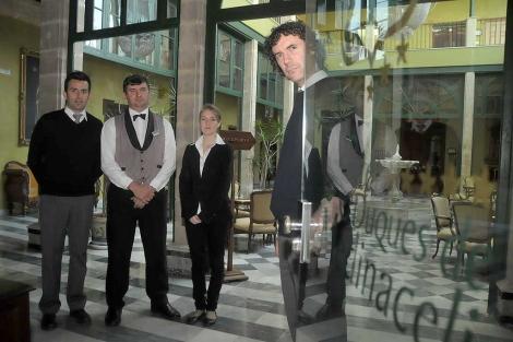 Los trabajadores del hotel de lujo, invitando a entrar. | Cata Zambrano
