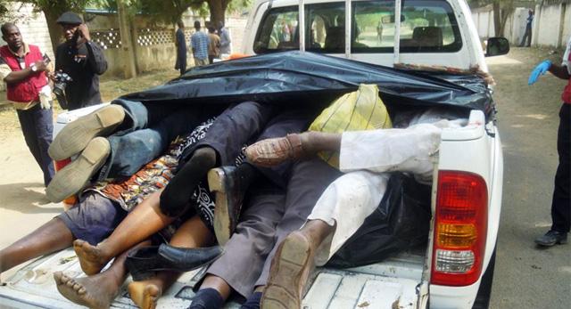 Cadáveres apilados en un coche. | Afp