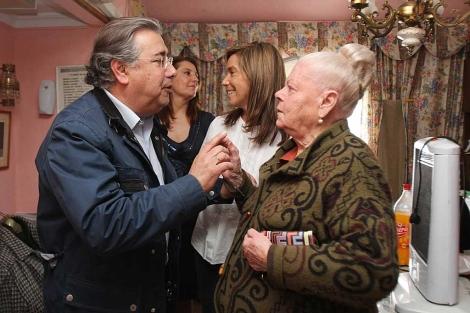 El alcalde Zoido y la ministra Mato con una residente en uno de los pisos que tirarán. | Carlos Márquez