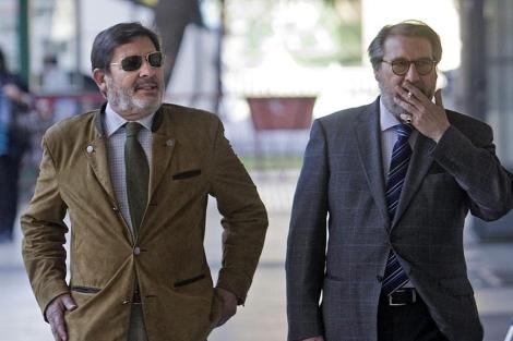 Francisco Javier Guerrero (izq.), junto a su abogado, este viernes. | Efe