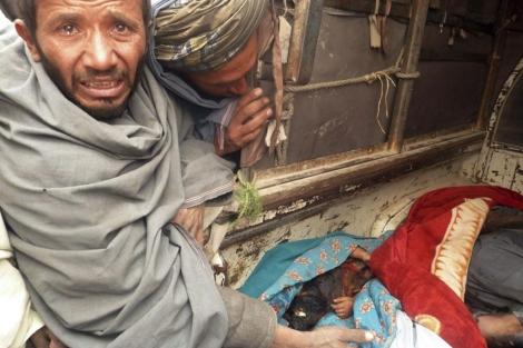 Afganos muestran los cadáveres de los civiles asesinados en Afganistán. | Efe