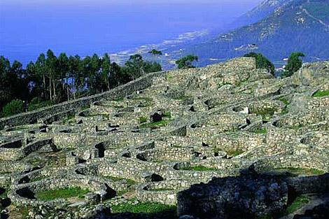 El castro de Santa Tecla se sitúa sobre el Atlántico, en lo alto de un monte. | Turgalicia