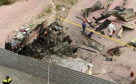 Restos de la chabola incendiada vistos desde un edificio cercano. | Efe