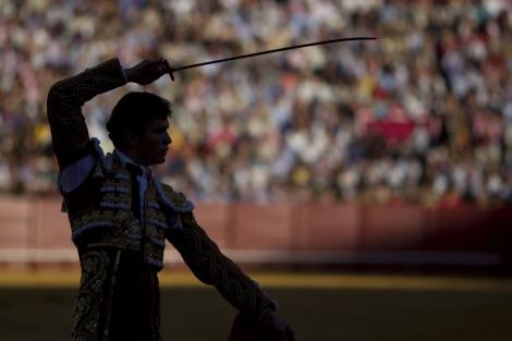 Daniel Luque se prepara para matar en la Maestranza de Sevilla. | Reuters