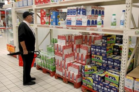 Un hombre mira los precios de la leche en un supermercado.   Alberto Cuellar