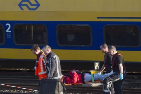 Un pasajero es evacuada de uno de los trenes.| Efe/Evert Elzinga