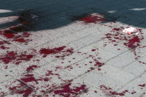 Sangre en una calle de la ciudad de Dnipropetrovsk, en el este de Ucrania. | Afp