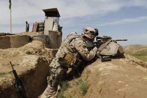 Un legionario en un puesto de control en Moqur, a 26 kilómetros de la base de Qala e Now. | Efe