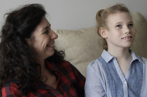 Candela y su madre, Dolores, este jueves en su casa de El Pardo. | Di Lolli