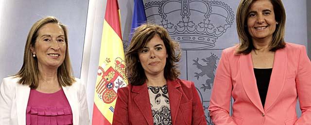 Pastor, Saénz de Santamaría y Báñez, ayer, tras el Consejo de Ministros.   Efe