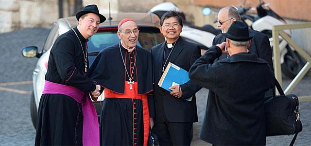 El falso obispo Ralph Napierski saluda al cardenal Sergio Sebiastiana. | Afp