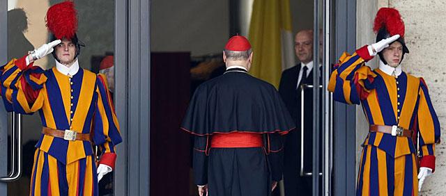 El cardenal italiano Ravasi llega a la congregación de los purpurados en El Vaticano. | Reuters