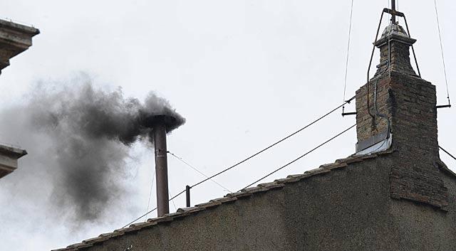 'Fumata negra' en la chimenea de la Capilla Sixtina. | Efe