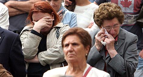 Vecinos, siguiendo el funeral en el exterior. | Rosa González