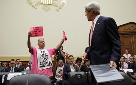 Un manifestante protesta frente a Kerry contra el ataque a Siria. | Afp